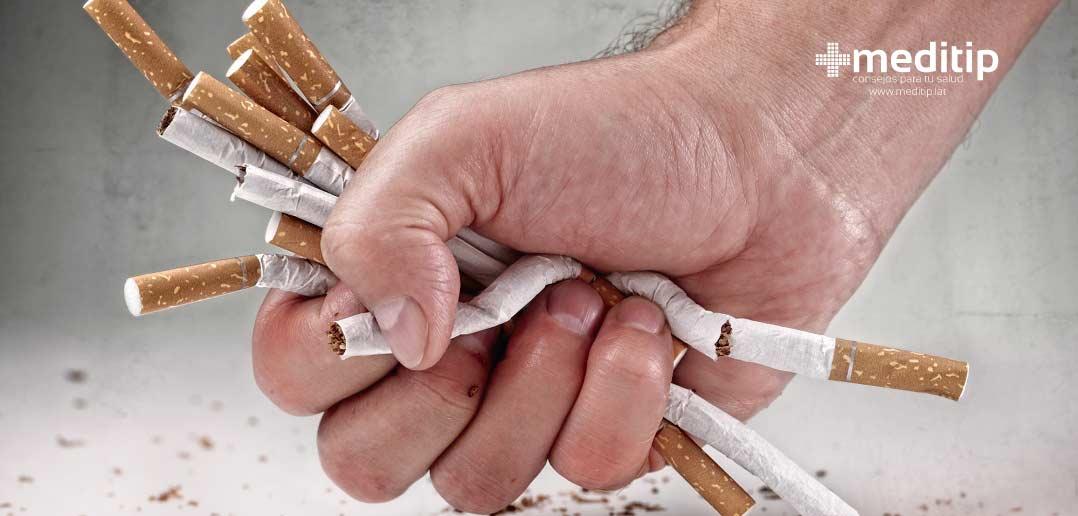 puño rompiendo cigarros