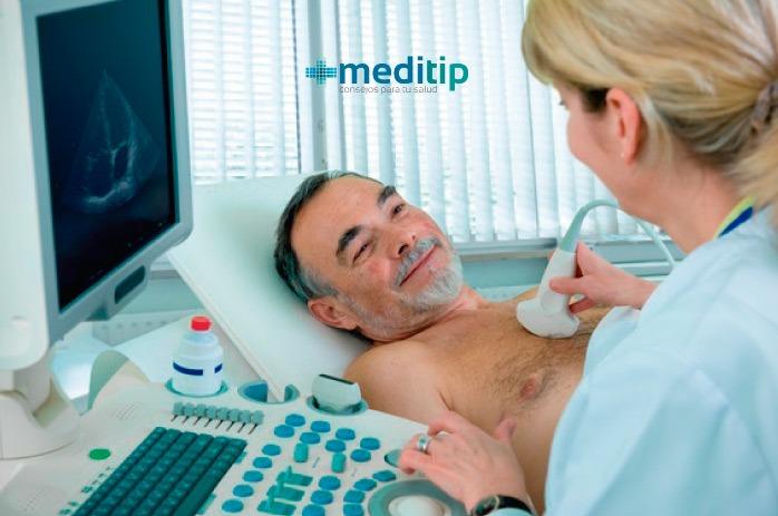 Doctora realizando ecocardiograma a paciente