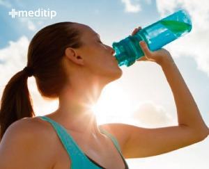 mujer bebiendo líquido con electrolitos