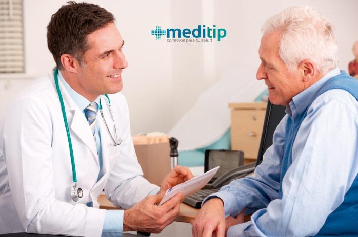 Doctor hablando con paciente con enfermedad cardiaca