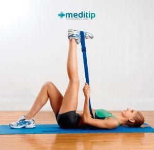 mujer realizando ejercicio de estiramiento del tendón