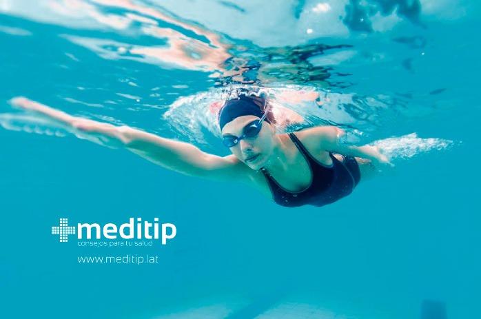 mujer practicando natación