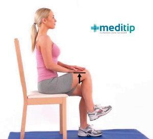 mujer realizando el paso yogui sentada