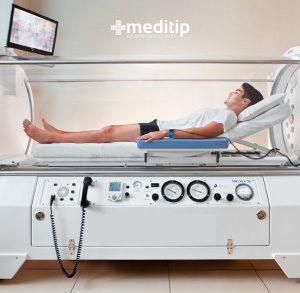 Hombre en terapia de medicina hiperbárica