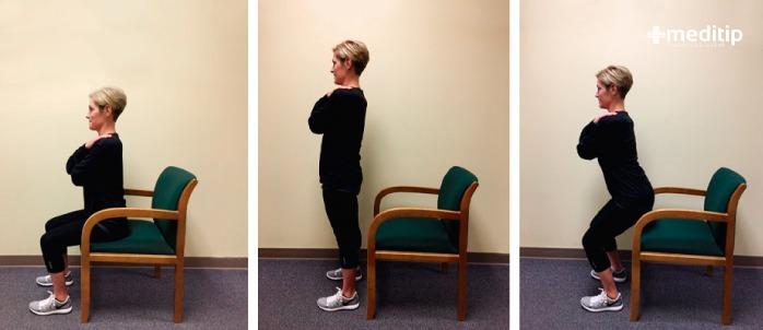 mujer haciendo ejercicio en una silla
