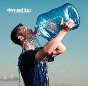 Hombre bebiendo agua de un garrafón