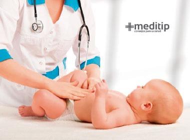 Examinación física y visual de un bebé