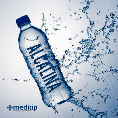 Agua alcalina embotellada