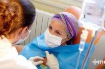 Tratamiento para el cáncer: niña con cáncer en quimioterapia