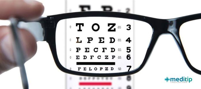 Prueba de agudeza visual para el diagnóstico de astigmatismo