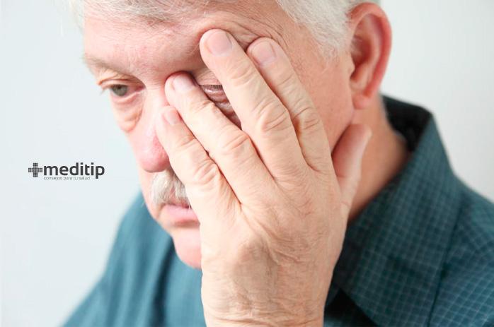 Complicaciones del glaucoma: señor con glaucoma con dolor de ojos