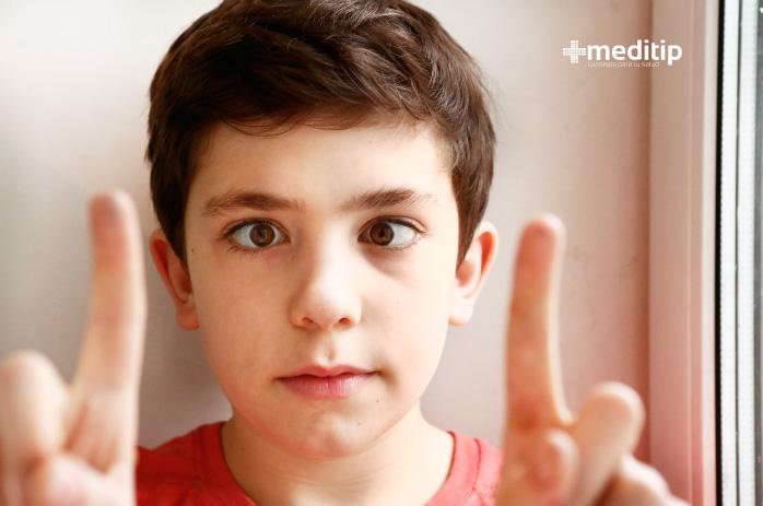 Problemas y enfermedades oculares más comunes: niño con estrabismo
