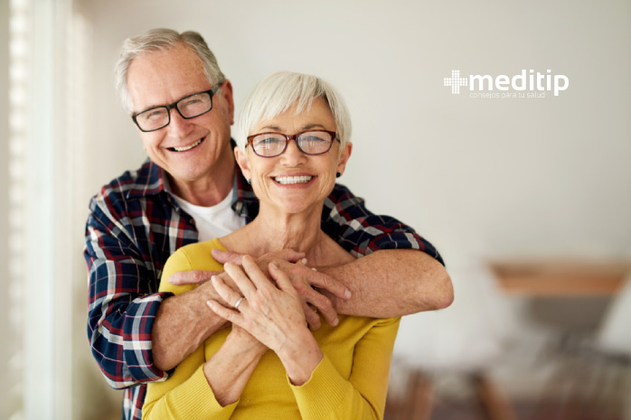 Tratamiento de la presbicia: pareja de adultos mayores con anteojos