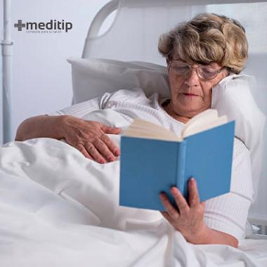 Persona leyendo un libro antes de la cirugía de hernia para evitar el estrés