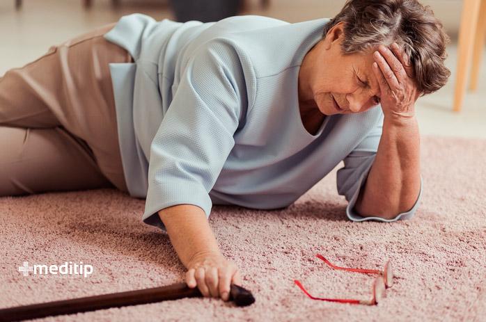 Lesiones en adultos mayores: caída de señora mayor con bastón
