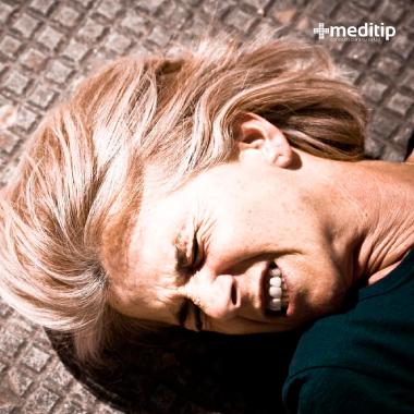 Mujer teniendo una convulsión o ataque epiléptico