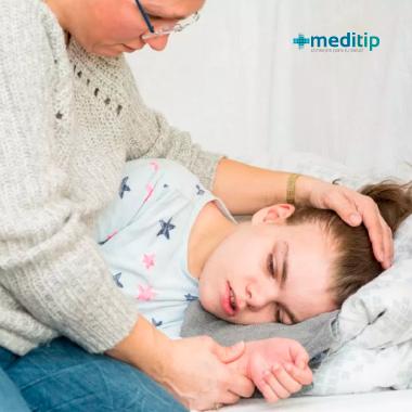 Síntomas de la epilepsia: niña después de ataque epiléptico de crisis generalizada