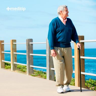 Dolor de rodilla en el adulto mayor: hombre de la tercera edad con bastón
