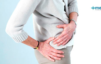 Bursitis en el adulto mayor: mujer de la tercera edad con dolor de cadera por bursitis