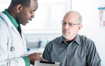 Caídas en adultos mayores: persona de la tercera edad en consulta después de una caída