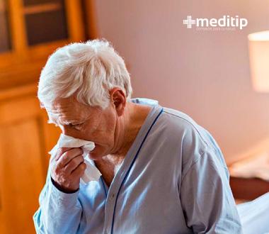 Aspectos que el médico debe revisar cuando se cae un adulto mayor: enfermedades subyacentes que causen debilidad, neumonía
