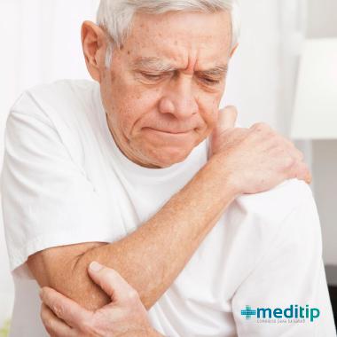 Bursitis en el adulto mayor: señor de la tercera edad con dolor de codo por bursitis