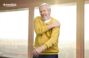 Adulto mayor con dolor de hombro