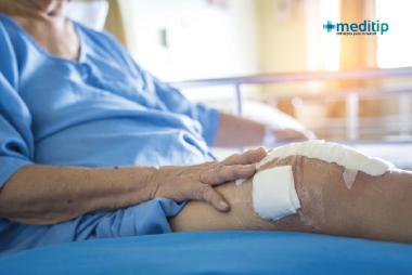 Cirugías de ortopedia más comunes: adulto mayor recuperándose de una cirugía de prótesis de rodilla