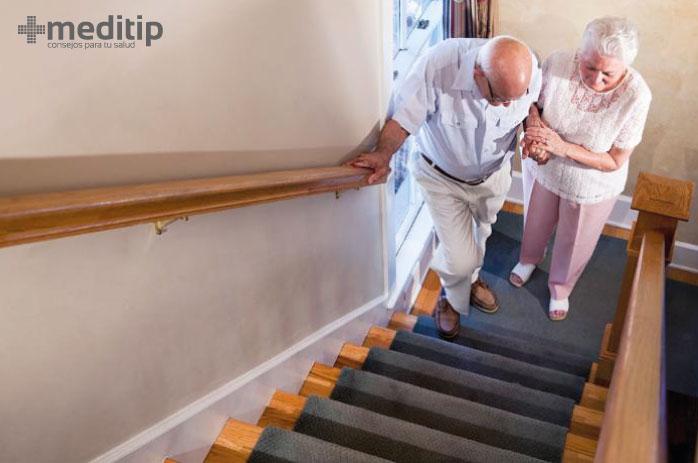 Envejecimiento y deterioro de huesos y músculos: adulto mayor con dificultad para subir escaleras