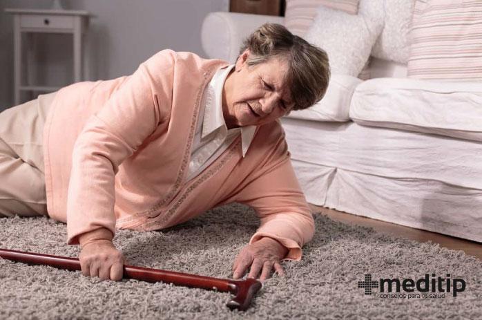 Lesiones de huesos en el adulto mayor se deben a caídas: mujer en el suelo después de una caída