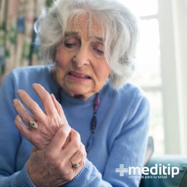 Osteoporosis en una mujer mayor: pérdida de masa muscular severa que debilita los huesos