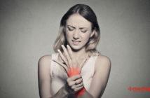 Mujer con dolor y rigidez de articulaciones: dolor de muñeca por rigidez