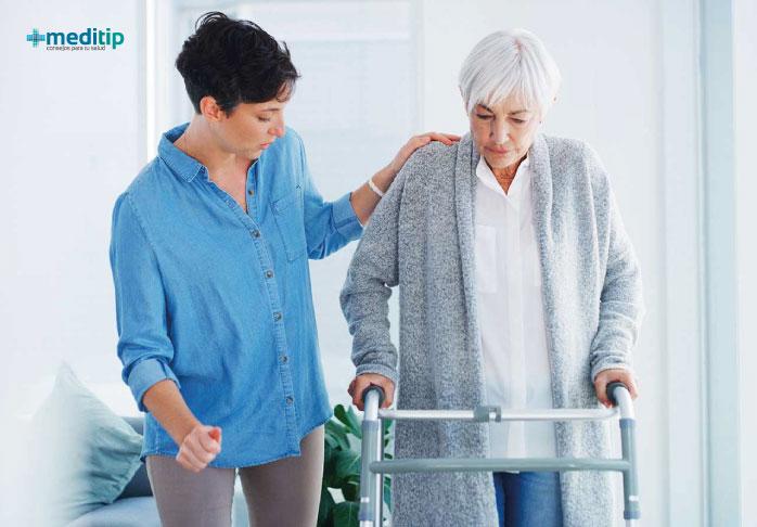 Mujer caminando con andador asistido después de una cirugía de reemplazo total de cadera