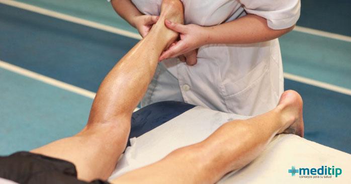 Paciente recibiendo fisioterapia de tobillo para el tratamiento de una lesión articular