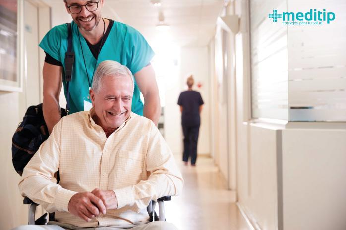 Paciente adulto mayor al darse de alta después de una cirugía