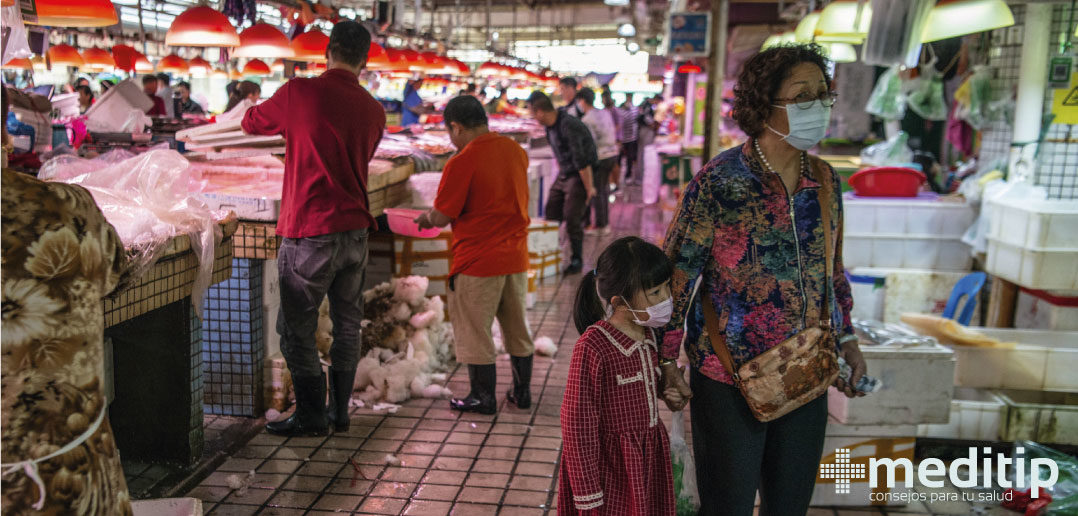 Mujer comprando en mercado de especies exóticas