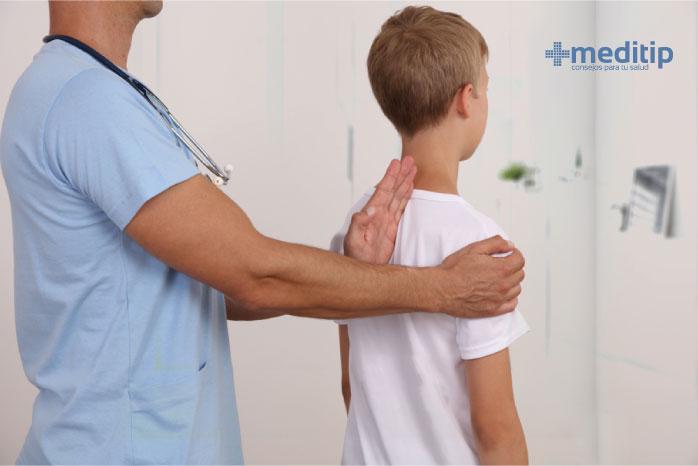 Médico realizando un examen físico a un niño