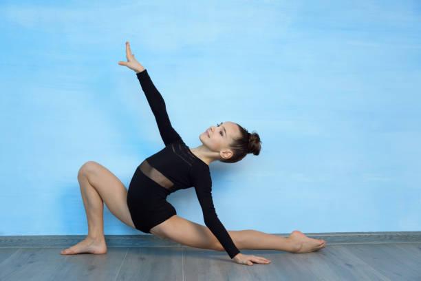 Mujer joven practicando gimnasia
