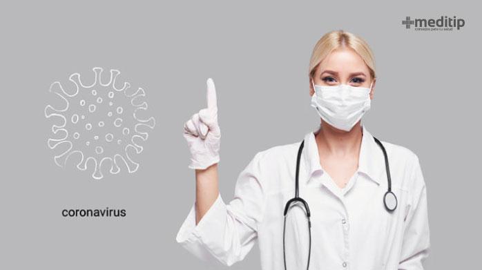 Doctora explicando el coronavirus