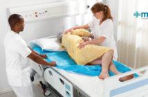 Cuidado de las úlceras por presión: adulto mayor en cama que desarrolló una llaga
