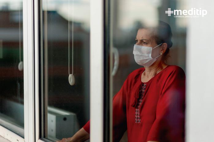 Mujer con cubrebocas quirúrgico plisado: uso correcto de cubrebocas durante la pandemia
