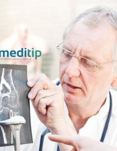 Beneficios de una prótesis ortopédica: cirujano explicando procedimiento de una prótesis de rodilla