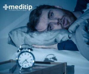 Consecuencias físicas de no dormir bien: hombre con problemas de sueño