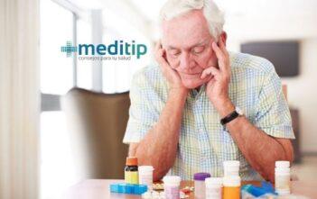 Adulto mayor viendo medicamentos - meditip