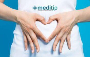 Salud gastrointestinal: SIBO, mujer haciendo corazón con sus manos en su estómago: Meditip