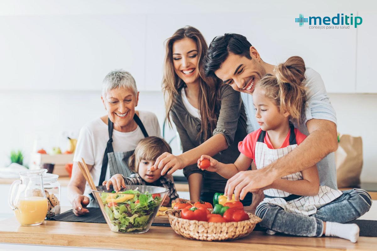 Familia con hábitos saludables de alimentación