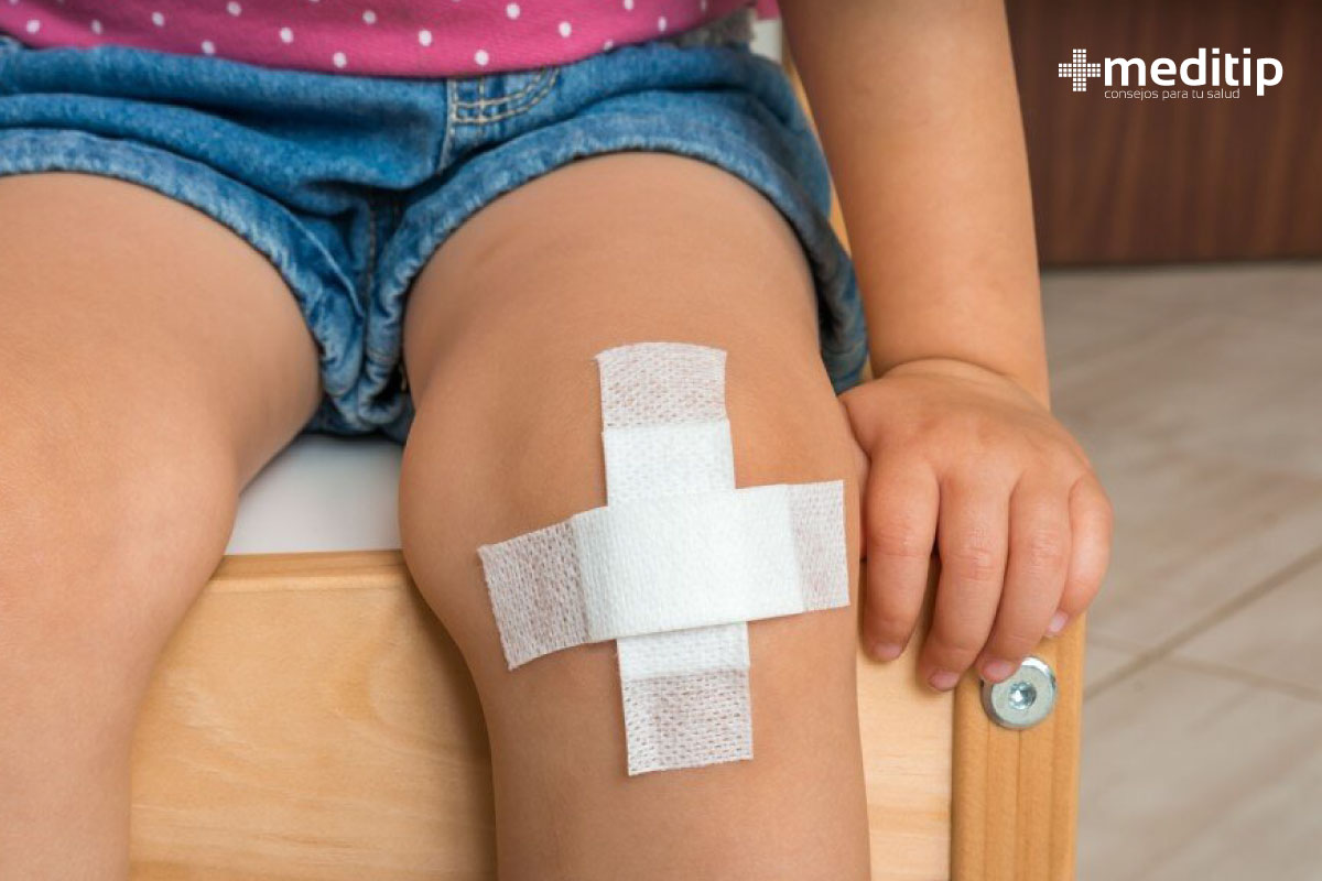Cuidado de heridas en niños: herida en la rodilla cubierta con apósito